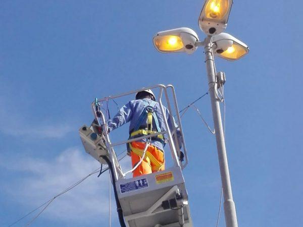 piattaforma aerea manutenzione luci